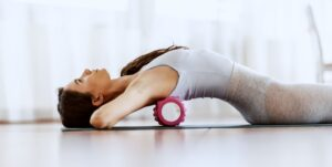 筋膜リリースでセルフケア。ローラーを転がすことによって筋膜リリースします。
